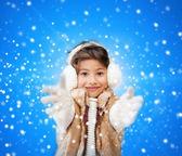 Sourire de petite fille en habits d'hiver — Photo
