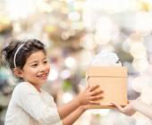 Fillette souriante avec boîte-cadeau — Photo