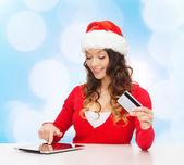 улыбающиеся женщина с кредитной картой и планшетных пк — Стоковое фото