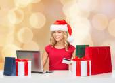 Leende kvinna med kreditkort och laptop — Stockfoto