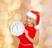 Femme souriante en bonnet d'assistance avec horloge — Photo