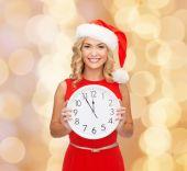 サンタ ヘルパー帽子の女性の時計に笑みを浮かべてください。 — ストック写真
