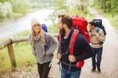 группа улыбающихся друзей с рюкзаками пешие прогулки — Стоковое фото