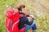 Hiking sırt çantası olan adam — Stok fotoğraf