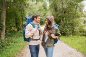 Smiling couple with backpacks hiking — Photo