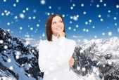 Souriante jeune femme en vêtements d'hiver — Photo