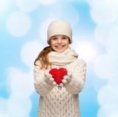 Vous rêvez de fille en habits d'hiver avec coeur rouge — Photo