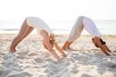 Pár při cvičení jógy venku — Stock fotografie