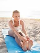 Jeune femme faisant des exercices d'yoga en plein air — Photo