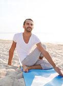 Homme faire les exercices d'yoga en plein air — Photo