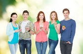 Smiling students with smartphones — Zdjęcie stockowe