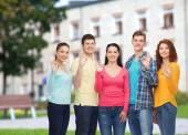 Groupe d'adolescents souriants sur fond de campus — Photo