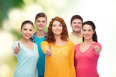 Group of smiling teenagers over green background — 图库照片