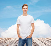 Smiling young man in blank white t-shirt — 图库照片