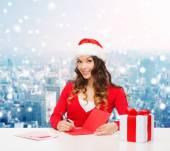 Улыбается женщина с подарочной коробке, писать письмо — Стоковое фото