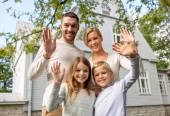 Famiglia felice davanti all'aperto casa — Foto Stock