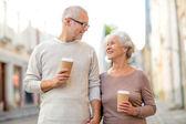 都市通りに年配のカップル — ストック写真