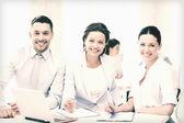 Zakelijke team bespreken iets in office — Stockfoto
