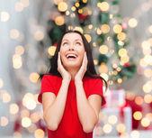 Lachende vrouw in rode jurk — Stockfoto