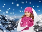 улыбаясь молодая женщина в зимней одежде — Стоковое фото