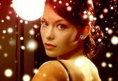 Mulher de vestido de noite usando brincos de diamante — Foto Stock