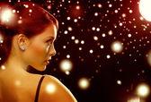 žena ve večerních šatech, které nosí diamond náušnice — Stock fotografie