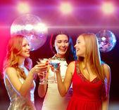 三个微笑妇女鸡尾酒和迪斯科球 — 图库照片