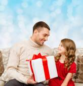 Smiling father and daughter with gift box — Stock Photo