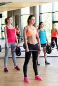 Groupe de femmes avec haltères en gym — Photo