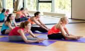 伸展在健身房的微笑妇女群体 — 图库照片