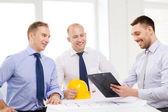 建築家やデザイナーのオフィスでの幸せなチーム — ストック写真