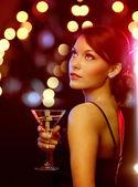 Vrouw met cocktail — Stockfoto