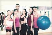 Grupo de personas sonrientes en el gimnasio — Foto de Stock