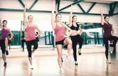 Group of smiling women exercising in the gym — Foto de Stock