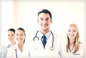 мужской доктор перед медицинской группы — Стоковое фото