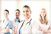 Vrouwelijke arts bedrijf spuit met injectie — Stockfoto