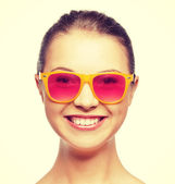 Smiling teenage girl in pink sunglasses — Stok fotoğraf