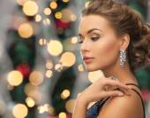 Beautiful woman wearing ring and earrings — Stockfoto