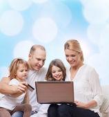 Szczęśliwa rodzina z laptopem i karty kredytowej — Zdjęcie stockowe