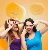 Ler tonårsflickor har roligt — Stockfoto