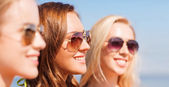 Close up of smiling young women in sunglasses — Stok fotoğraf