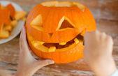 Close up van vrouw met pumpkins thuis — Stockfoto