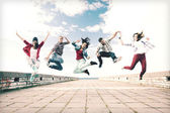 Grupo de adolescentes saltando — Foto de Stock