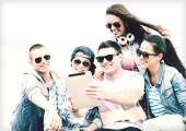 Group of teenagers looking at tablet pc — 图库照片