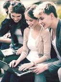 Studenten of tieners met laptopcomputers — Stockfoto