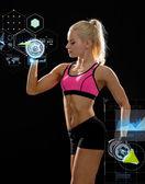 Sportiga kvinnan med tunga stål hantlar — Stockfoto
