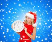 Smiling woman in santa helper hat with clock — Φωτογραφία Αρχείου