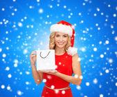 žena v pomocníka čepice santa s nákupní tašky — Stock fotografie