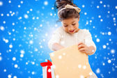 Smiling little girl with gift box — Stockfoto