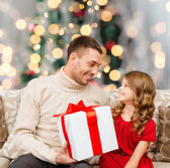 Usměvavý otec a dcera s dárkový box — Stock fotografie